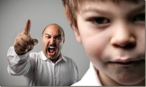 parent autoritaire sur enfant
