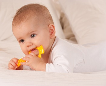 Bébé avec hochet